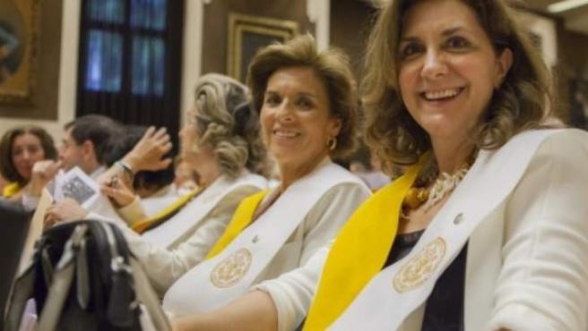 Dos alumnas de la Universidad de Mayores de la Pontificia de Comillas ICAI-ICADE.