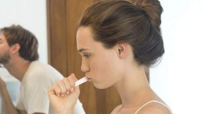 Una joven cepilla sus dientes.