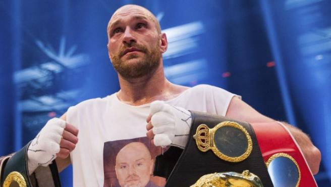 Fotografía de archivo fechada el 28 de noviembre de 2015, que muestra al boxeador británico Tyson Fury mientras celebra su victoria contra el ucraniano Vladimir Klitschko.