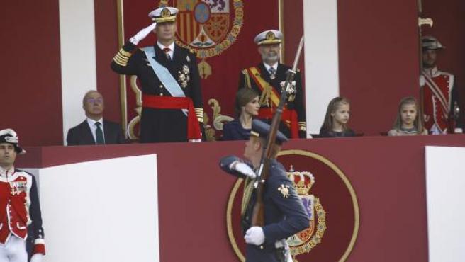 Los reyes, durante el desfile militar del 12 de Octubre.
