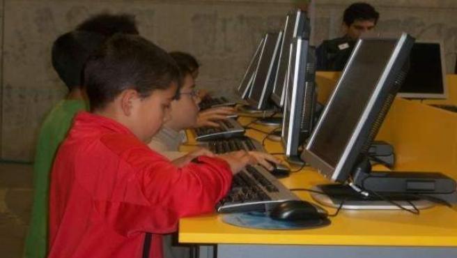 Escolares utilizando ordenadores.