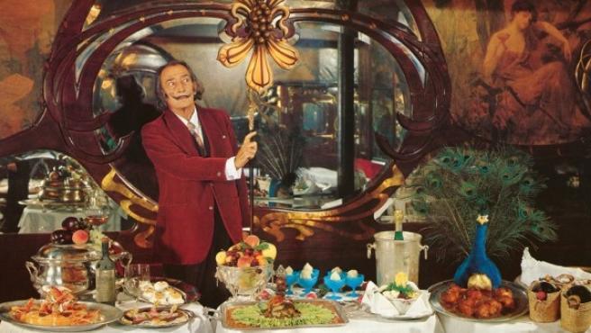 Salvador Dalí posa ante el menú de una de sus míticas cenas