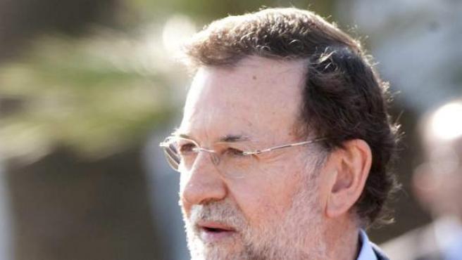 Mariano Rajoy, en 2012, saluda a su homólogo marroquí, Abdelilah Benkirán, en Rabat.