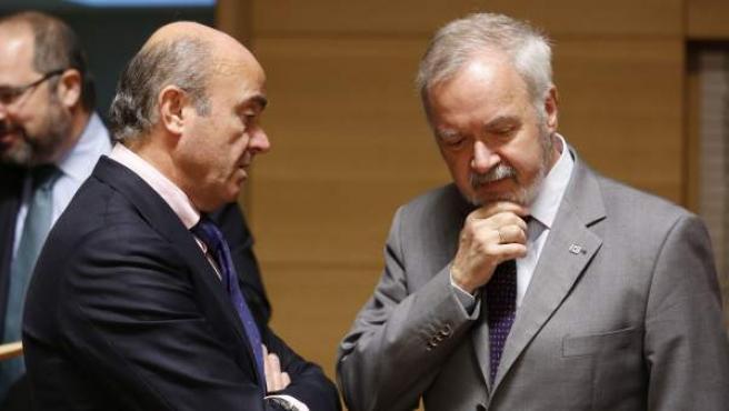 Luis de Guindos habla con el presidente del Banco Europeo de Inversiones (BEI), Werner Hoyer, en Luxemburgo.
