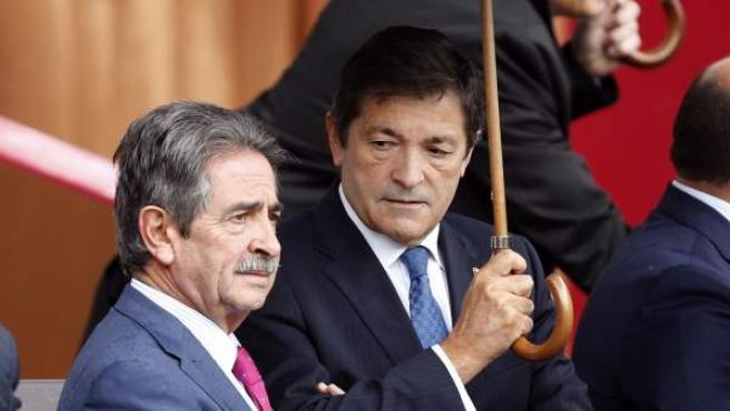 Miguel Ángel Revilla y Javier Fernández, momentos antes del desfile militar por la Fiesta Nacional.