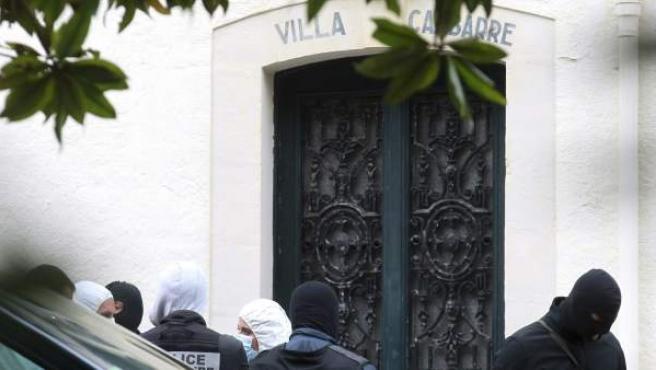 Registro de la vivienda en Biarritz en la que las fuerzas de seguridad buscan armas y otro material relacionado con la banda terrorista.