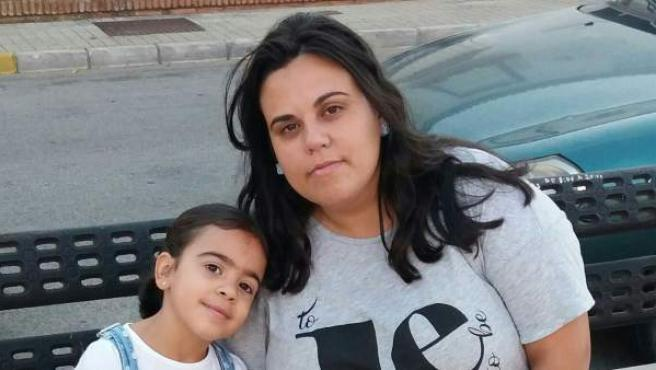 Toñi pide que su hija Noelia, de 6 años, sea atendida por la monitora especial de su centro.