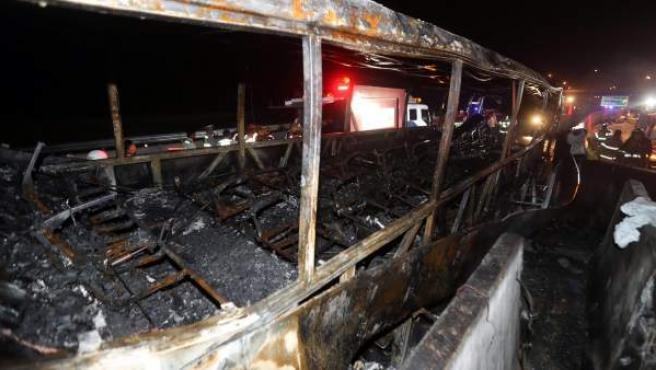 El interior del autobús incendiado tras un accidente en la autopista de Gyeongbu, cerca de la ciudad surcoreana de Ulsan.