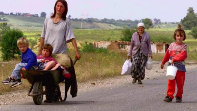 Imagen de archivo de una familia de refugiados albano-kosovares.