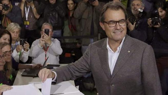 El expresidente de la Generalitat, Artur Mas, depositando su papeleta durante la consulta participativa, sin carácter vinculante, sobre la independencia de Cataluña.