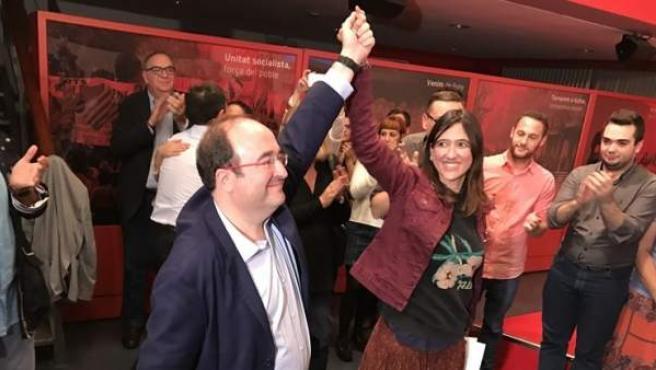 Núria Parlon levanta la mano del vencedor en las primarias del PSC, Miquel Iceta.
