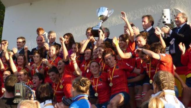 Las jugadores de la selección de rugby alzan la copa de campeonas de Europa.