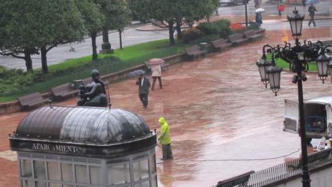 Una imagen de la ciudad de Oviedo bajo la lluvia.