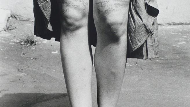 Una alumna de Periodismo en Moscú muestra las 'chuletas' para un ecamen que llevaba escritas en la piel de las piernas