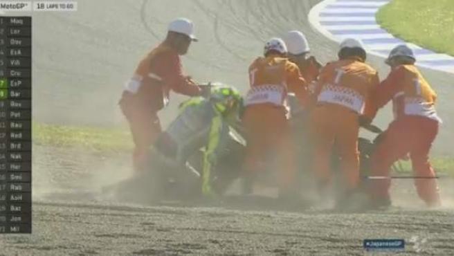 Rossi intenta incorporarse tras caerse en el GP de Japón.