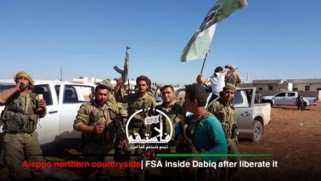 Rebeldes sirios apoyados por Turquía celebrando que han conseguido tomar Dabiq, uno de los bastiones del EI en Siria.