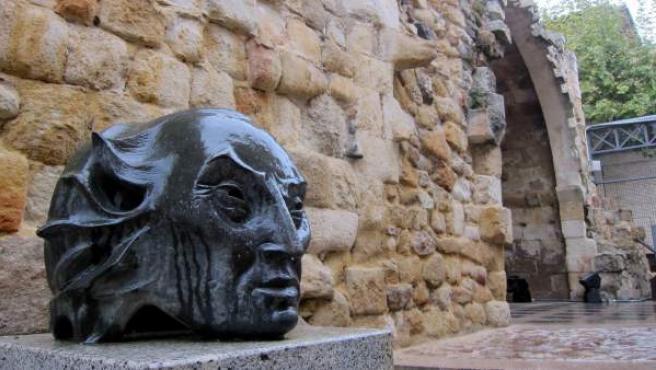 Imagen del 'Marques de Villena' junto a la Cueva de Salamanca