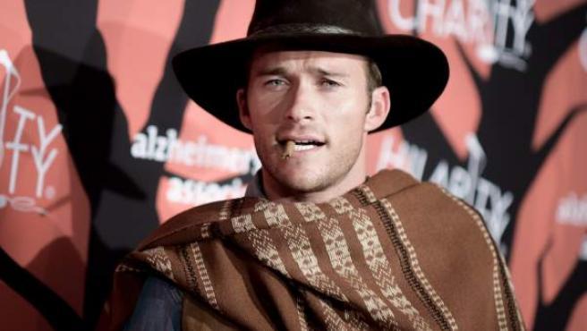 El actor estadounidense Scott Eastwood, disfrazado en Halloween como su padre en los 'spaghetti western' 'Por un puñado de dólares', 'La muerte tenía un precio' o 'El bueno, el feo y el malo'.