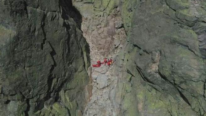 Imagen del momento del rescate al montañero que cayó en Ávila