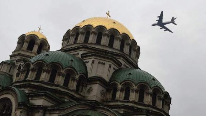 Un avión Airbus A380 sobrevuela la cúpula dorada de la catedral Alexander Nevski en Sofía.