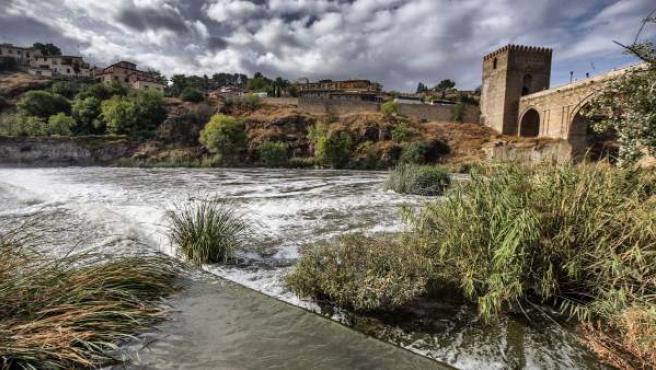 La Confederación Hidrográfica del Tajo (CHT) y el Seprona están investigando si un posible vertido ha ocasionado la espuma blanca que lleva el río a su paso por Toledo.