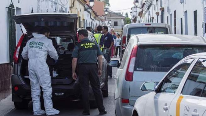 Puerta del domicilio donde un hombre ha sido detenido por apuñalar mortalmente a su mujer, en la calle Primero de Mayo, en el término municipal de Olivares (Sevilla).