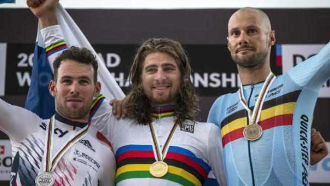 El ciclista eslovaco Peter Sagan, junto al británico Mark Cavendish y el belga Tom Boonen en el podio del mundial en ruta 2016.