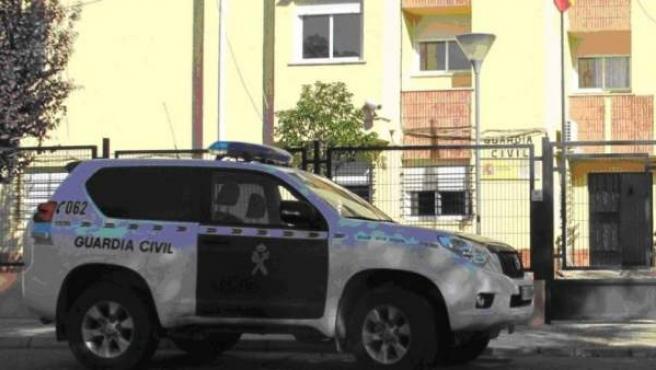 Imagen de un vehículo de la Guardia Civil frente a una casa cuartel del cuerpo.
