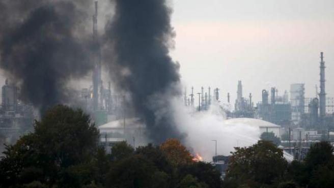 Bomberos intentan apagar las llamas en el recinto de la compañía Basf en Ludwigshafen (Alemania).