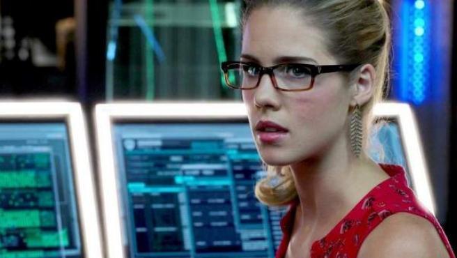 La actriz Emily Bett Rickards interpreta en 'Arrow' a Felicity Smoak, una prodigiosa ingeniera informática directora de una gran compañía tecnológica.