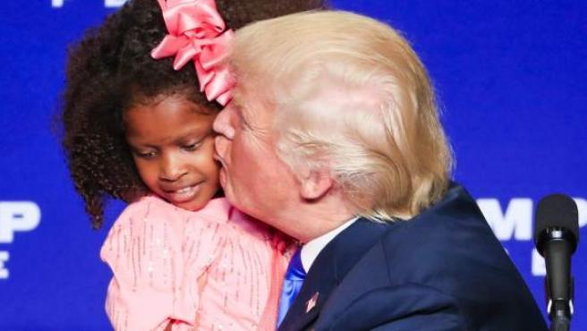Donald Trump besa a una niña en un mitin en Green Bay, Wisconsin.