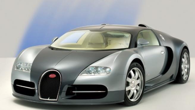 Este biplaza tiene un motor de 16 cilindros en W y acelera de 0 a 300 km/h en menos de 14 segundos. Su velocidad máxima es de 407 km/h y su precio de venta era de más de 1.280.000 de euros.