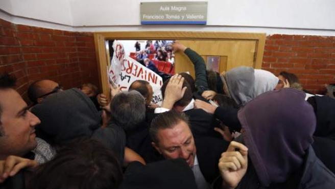 """Más de 200 estudiantes han impedido el paso al expresidente del Gobierno con gritos de """"¡Estás manchado de sangre!""""."""