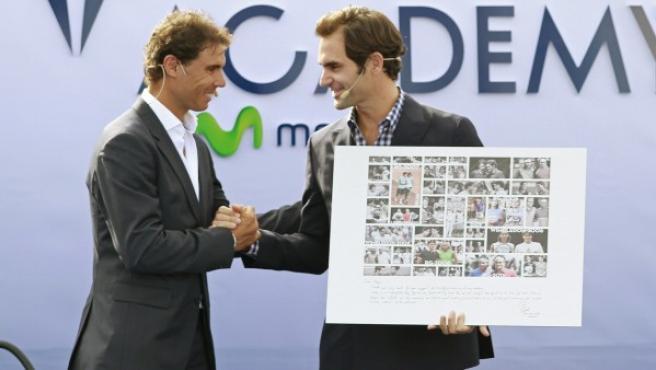 Los tenistas, el español Rafa Nadal (i) y el suizo Roger Federer (d), durante la inauguración oficial del centro Rafa Nadal Academy by Movistar.