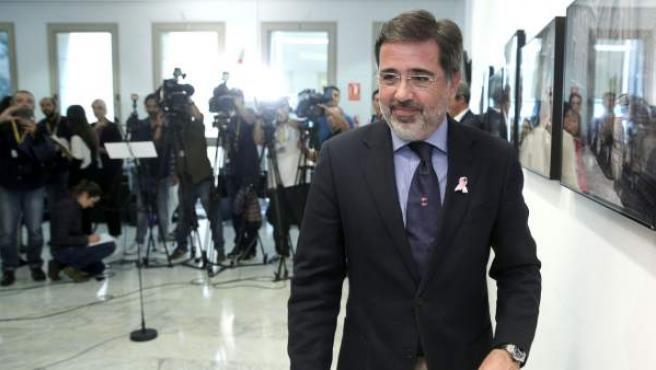 El exalcalde del PP de Sagunto y actual diputado en Les Corts Valencianes, Alfredo Castelló, tras atender a los medios en los pasillos de Les Corts.
