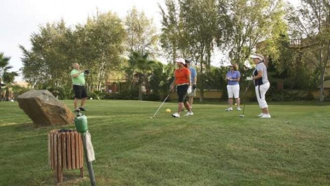 Turistas en un campo de golf en Huelva.