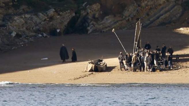 Los actores Peter Dinklage (d) y Liam Cunningham (i), Tyrion Lannister y Sir Davos en 'Juego de Tronos', durante el primer día de rodaje de la séptima temporada de la serie en el municipio vizcaíno de Barrika (Bizkaia).