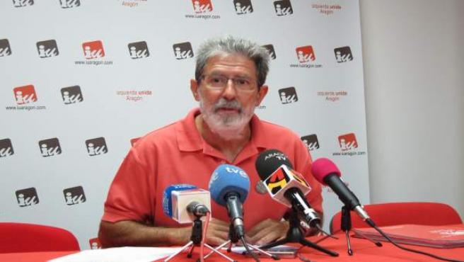 El coordinador de IU-Aragón, Adolfo Barrena, este martes en rueda de prensa