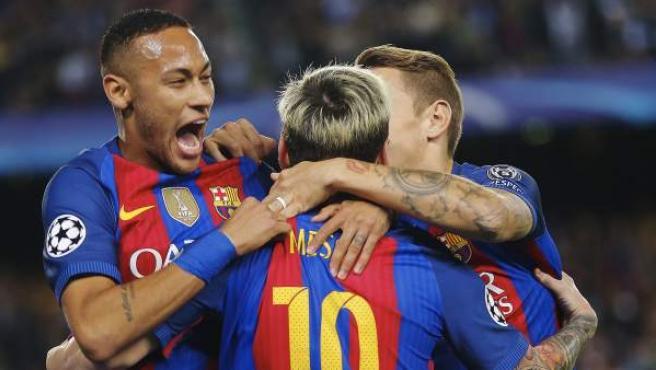 El delantero argentino del FC Barcelona Leo Messi (c) celebra su gol, primero del equipo frente al Manchester City, con sus compañeros, durante el partido de la tercera jornada de la fase de grupos de la Liga de Campeones que se juega esta noche en el Camp Nou, en Barcelona.