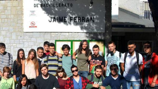 Alumnos repetidores de 2º de Bachillerato de Artes afectados por la aplicación de la LOMCE frente a su instituto, el IES Jaime Ferrán de Collado Villalba (Madrid).