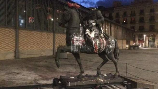 La estatua de Franco ha amanecido con este aspecto y cabeza de cerdo incluida.