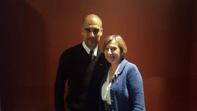 Guardiola, en la foto que se hizo con Forcadell para apoyarla.