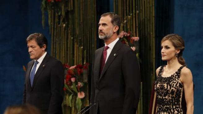 Los reyes junto al presidente asturiano, Javier Fernández, durante la ceremonia de entrega de los Premios Princesa de Asturias 2016.