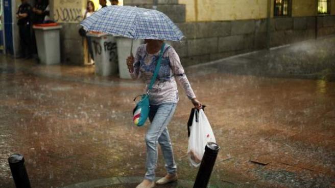 Una imagen de lluvia en el centro de Madrid.