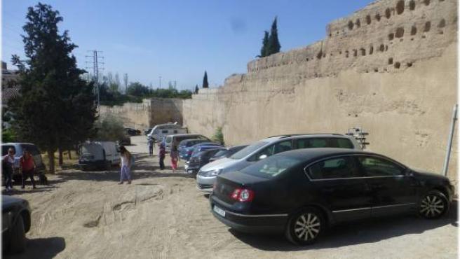 Aparcamiento habilitado en la muralla de la Alberzana de Granada