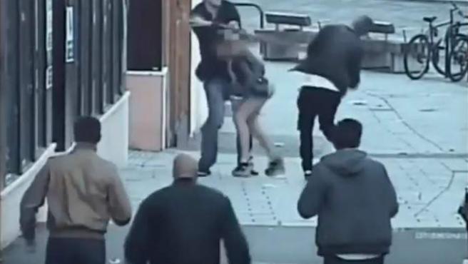 Momento en que un británico golpea la cabeza de un turista español con una tabla de madera por hablar su lengua natal.