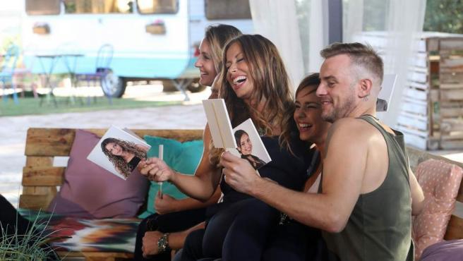 Mireia, Verónica, Chenoa y Álex Casademunt ríen abiertamente al ver fotos suyas de la época del programa.