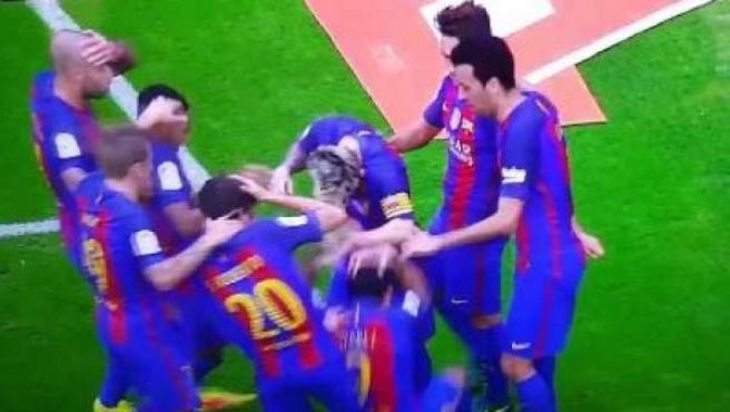 Reacción de los jugadores del Barça tras el lanzamiento de una botella de agua en Mestalla.