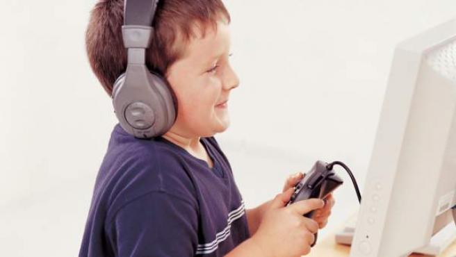 Imagen de un niño jugando con un ordenador.