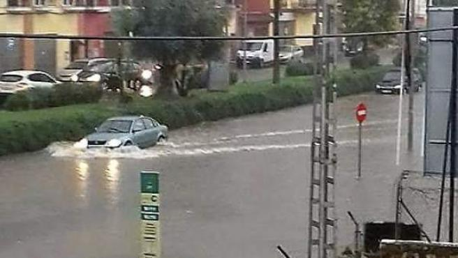Emergencias 112 Andalucía ha registrado este sábado 149 incidencias por el temporal, la mayoría de ellas en Sevilla. En la imagen, una zona inundada de la ciudad hispalense.